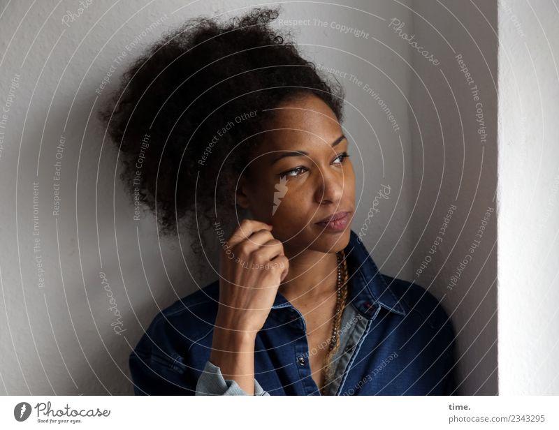 Lilian Raum feminin Frau Erwachsene 1 Mensch Hemd Haare & Frisuren schwarzhaarig langhaarig Locken beobachten Denken Blick warten schön selbstbewußt