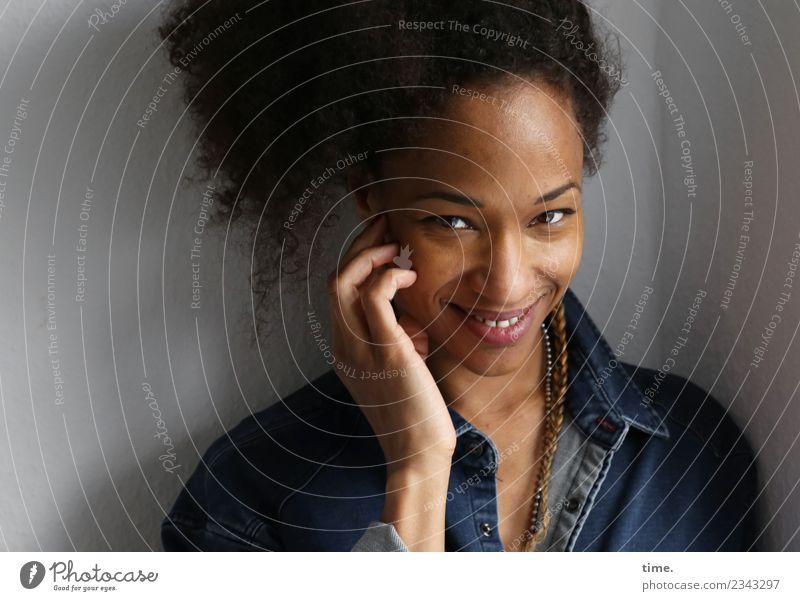Lilian Raum feminin Frau Erwachsene 1 Mensch Hemd Haare & Frisuren brünett langhaarig Locken Zopf Afro-Look beobachten festhalten Lächeln lachen Blick warten