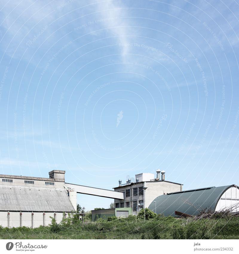 werk Industrie Unternehmen Himmel Wiese Industrieanlage Fabrik Bauwerk Gebäude Architektur trist Farbfoto Außenaufnahme Menschenleer Textfreiraum oben