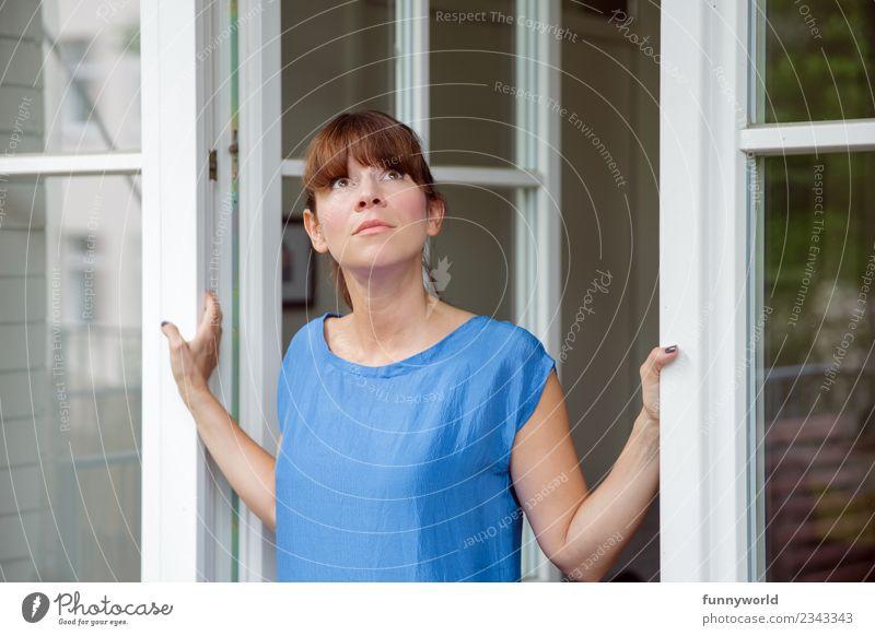 Junge Frau schaut aus Terrassentür Lifestyle Wohnung Traumhaus Umzug (Wohnungswechsel) Mensch feminin Jugendliche Erwachsene 1 30-45 Jahre Blick Pony festhalten