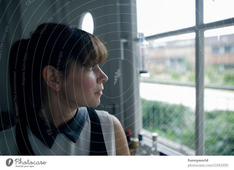 Frau schaut aus Fenster nach draußen. Mensch feminin Junge Frau Jugendliche Erwachsene 1 30-45 Jahre Blick schön Sehnsucht Fernweh ernst Pony Zopf brünett Ohr