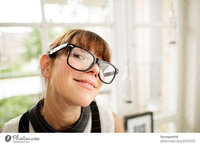 Frau mit großer Brille lächelt in Kamera. Mensch Erwachsene 1 30-45 Jahre frech Fröhlichkeit schön lustig nerdig niedlich klug seriös trashig verrückt skurril