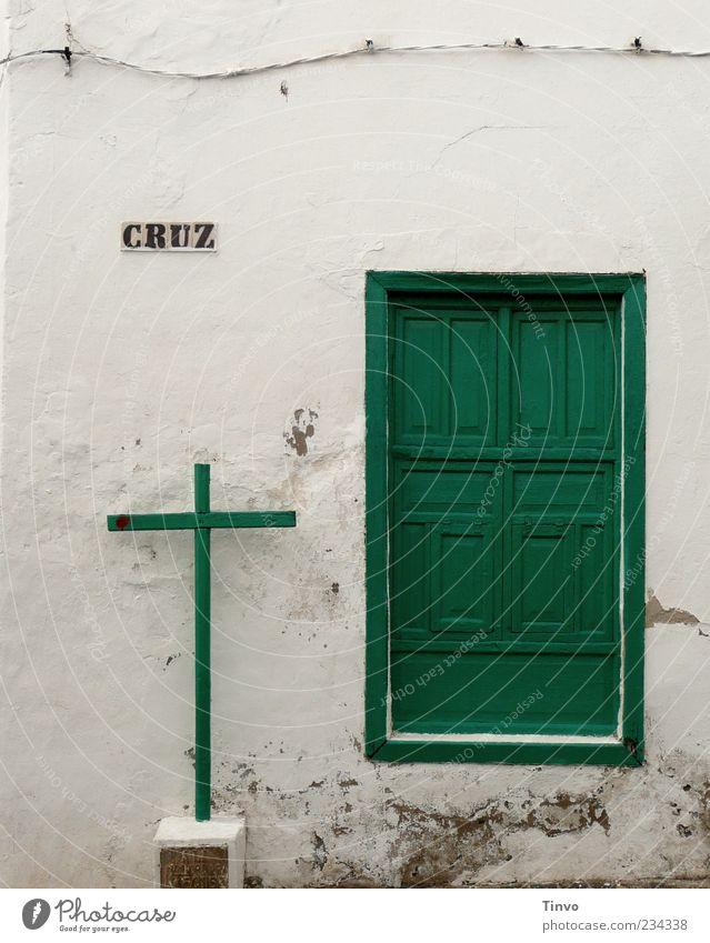 CRUZ Haus Architektur Mauer Wand Fassade Tür alt grün weiß Glaube Religion & Glaube Kabel Holztür Gebäudeteil Kreuz Holzkreuz Altbau altehrwürdig Lanzarote