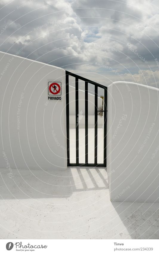 Privates Himmelreich weiß rot Wolken schwarz Wand Architektur Mauer hell Schilder & Markierungen Buchstaben Schönes Wetter Tor Wort Verbote Durchgang privat