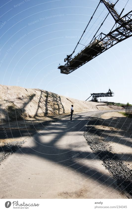 Im Netz Mensch Mann blau grau Sand Stein braun groß maskulin stehen trist Industrie einzigartig trocken historisch Denkmal