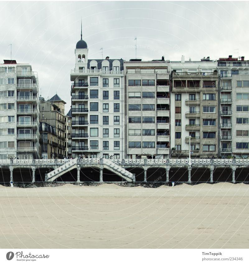 Donostia Beach Fassade grau Spanien Strand Haus Häuserzeile Promenade Turm Treppe Fenster Baskenland Strandanlage San Sebastián Außenaufnahme Reisefotografie