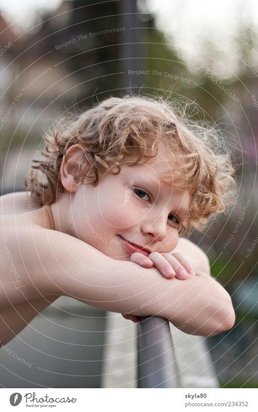 Blickkontakt Kind blond Junge Gesicht Haare & Frisuren Locken verträumt nachdenklich schön perfekt Lächeln anlehnen Geländer träumen Zufriedenheit