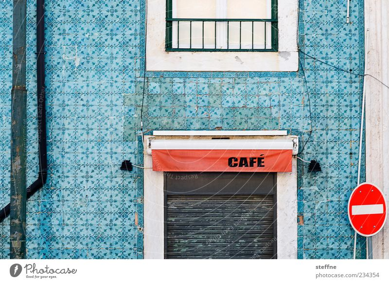Rossi Haus ruhig Fassade geschlossen Schriftzeichen Stahlkabel Fliesen u. Kacheln Café Portugal Altstadt Gastronomie Gebäude Lissabon Verkehrsschild Verkehrszeichen Rollladen