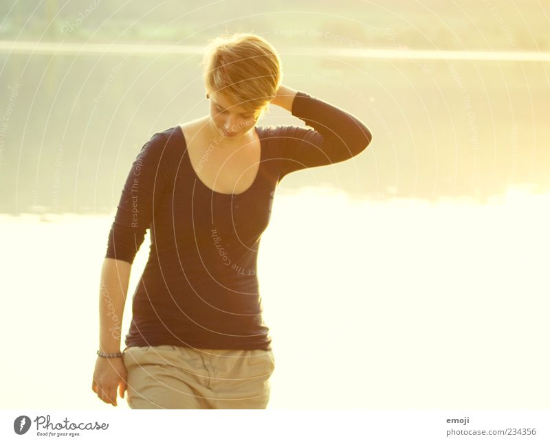 verlegen verwegen Mensch Jugendliche Wasser schön Sonne Sommer Erwachsene gelb feminin Glück Frühling See gehen ästhetisch Fröhlichkeit stehen