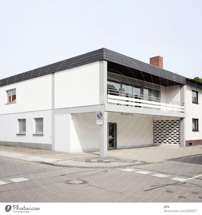 eckhaus Himmel Haus Straße Architektur Gebäude Fassade Schilder & Markierungen modern trist Bauwerk Bürgersteig Balkon eckig Wege & Pfade Flachdach Parkverbot