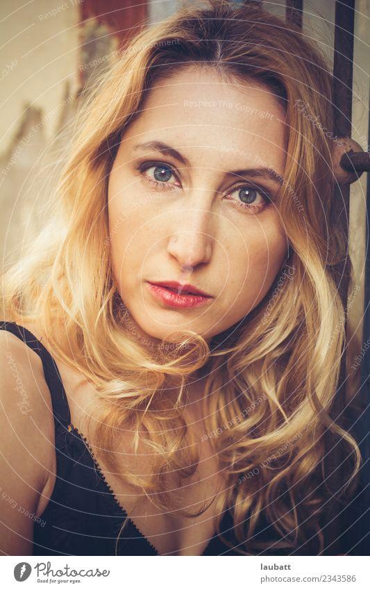 Porträt einer schönen Frau Lifestyle elegant Stil Körper Haare & Frisuren Haut Gesicht Junge Frau Jugendliche Erwachsene Mode blond langhaarig Coolness