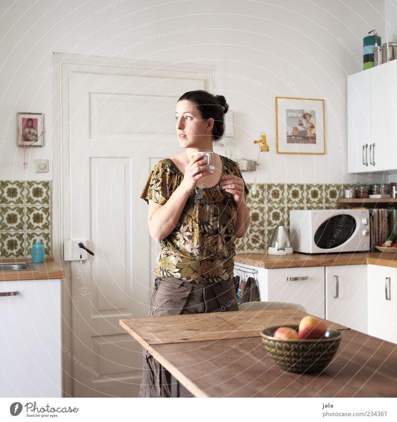 900   short story Mensch Frau Erwachsene feminin Tür Wohnung Frucht Tisch Getränk Häusliches Leben stehen Kaffee trinken Küche Fliesen u. Kacheln Ernährung