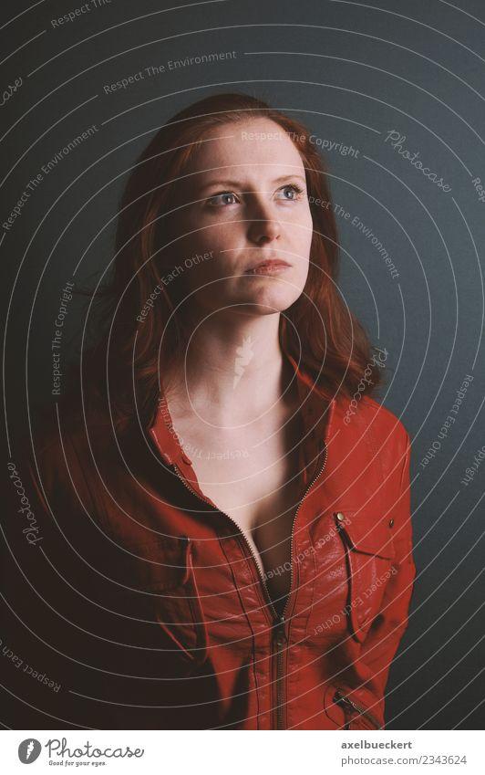 ernsthafte junge Frau in roter Vintage-Lederjacke Stil Mensch feminin Junge Frau Jugendliche Erwachsene 1 18-30 Jahre Mode Jacke rothaarig langhaarig Coolness