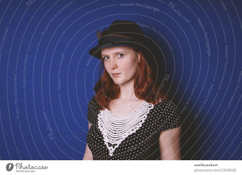 junge Frau in Vintage-Kleid und Hut Stil Mensch Junge Frau Jugendliche Erwachsene 1 18-30 Jahre Mode Bekleidung rothaarig langhaarig retro blau Farbe Kaukasier