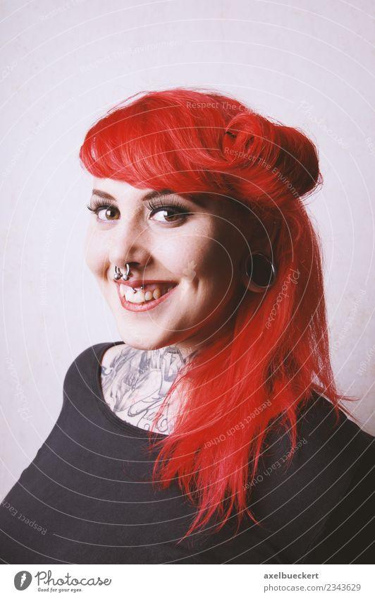 junge Frau mit Piercings und Tattoos Lifestyle schön Mensch feminin Junge Frau Jugendliche Erwachsene 1 18-30 Jahre rothaarig langhaarig authentisch