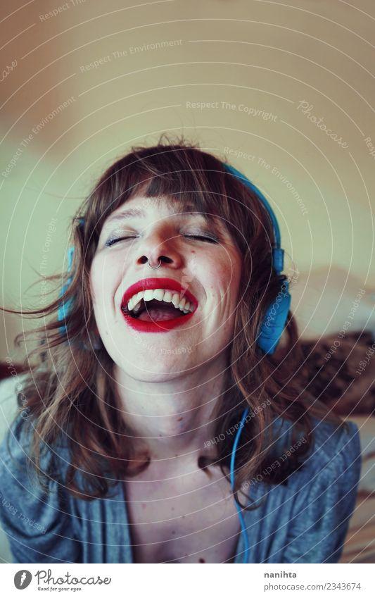 Junge glückliche Frau, die zu Hause Musik hört. Lifestyle Stil Freude schön Haare & Frisuren Haut Gesicht Freizeit & Hobby Mensch feminin Junge Frau Jugendliche
