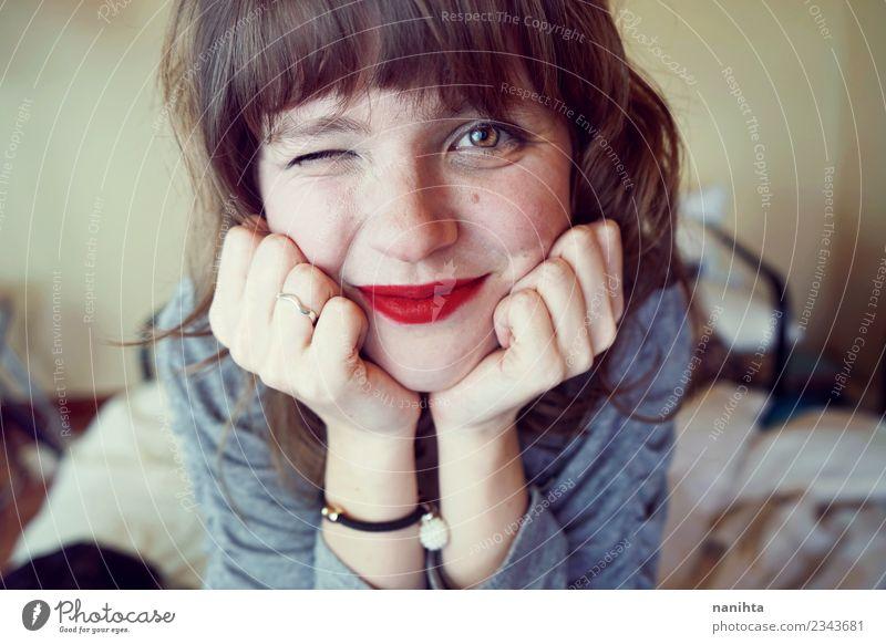 Junge süße und glückliche Frau zu Hause Lifestyle Freude schön Haut Gesicht Lippenstift Wellness Wohlgefühl Häusliches Leben Schlafzimmer Mensch feminin