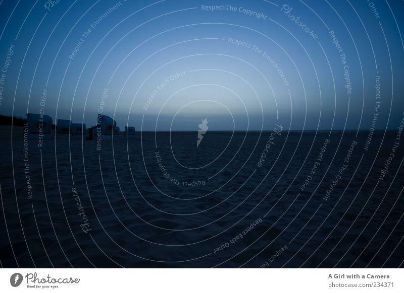 Spiekeroog l lost and cold Strand Meer Insel Natur Landschaft Urelemente Sand Küste Nordsee authentisch dunkel blau schwarz ruhig Sehnsucht Einsamkeit kalt