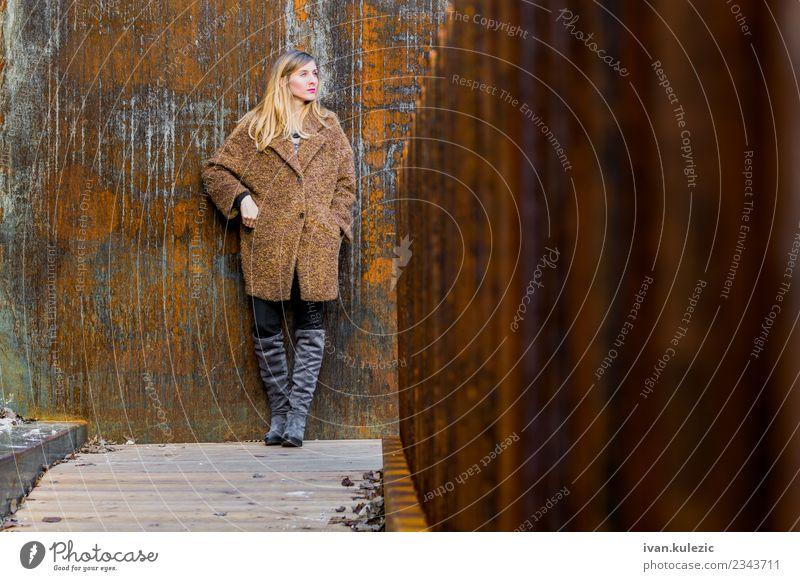 Trendy Mädchen steht an der rostigen Wand. Lifestyle Junge Frau Jugendliche 1 Mensch 18-30 Jahre Erwachsene Belgrad Stadt Stadtzentrum Altstadt