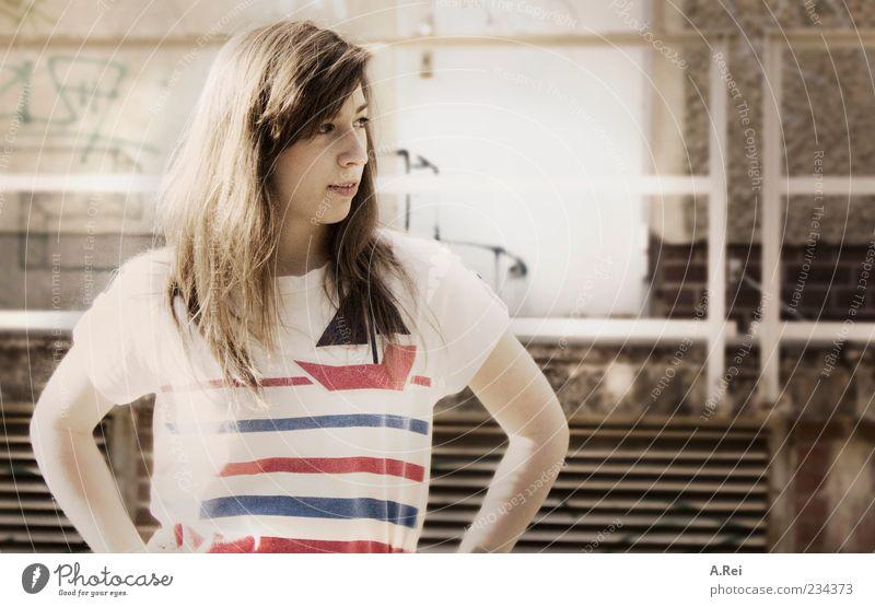 Sommertage in der Stadt Mensch feminin Junge Frau Jugendliche 1 18-30 Jahre Erwachsene Mauer Wand Fassade T-Shirt brünett langhaarig Freundlichkeit