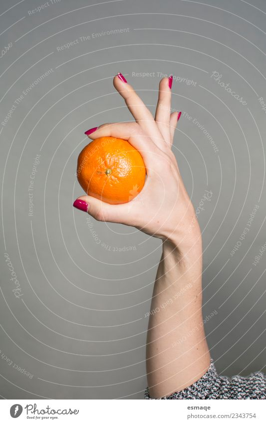 Hand mit einer Orange in Originalform Lebensmittel Frucht Ernährung Essen Frühstück Bioprodukte Vegetarische Ernährung Diät Lifestyle Freude Gesundheit