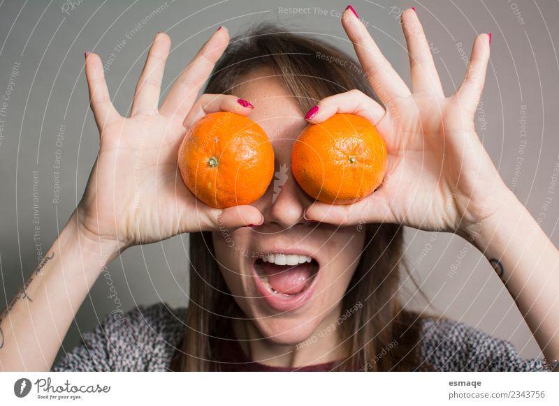 Porträt einer überraschten Frau mit Orange Frucht Lifestyle Freude Gesundheit Wellness Leben feminin Junge Frau Jugendliche Erwachsene Diät lachen frei