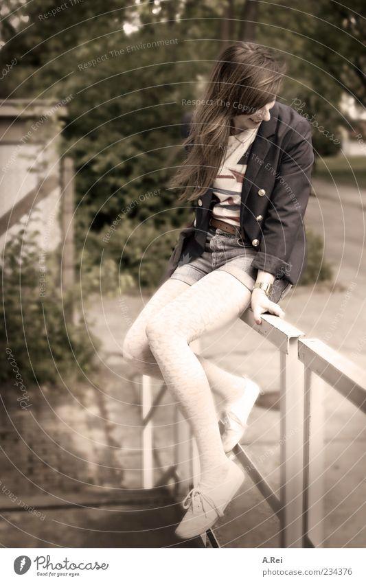 Sommertage in der Stadt Mensch Jugendliche schön Erwachsene feminin lachen sitzen 18-30 Jahre Junge Frau Freundlichkeit Geländer brünett langhaarig Scham friedlich Blick nach unten