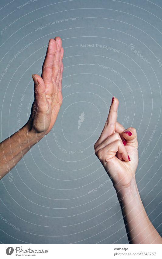 Detail einer prohibitiven Hand und einer anderen mit obszöner Geste. Mensch maskulin feminin 2 wählen Beratung sprechen Aggression authentisch Erfolg natürlich
