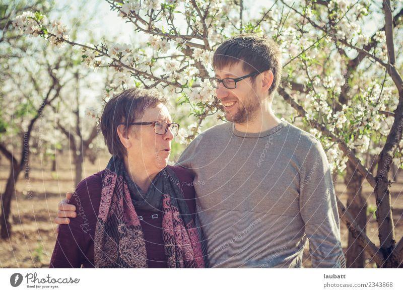 Mutter und Sohn reden und lächeln Lifestyle Freude Seniorenpflege Wellness Leben Wohlgefühl Zufriedenheit Kindererziehung Mensch Frau Erwachsene Mann