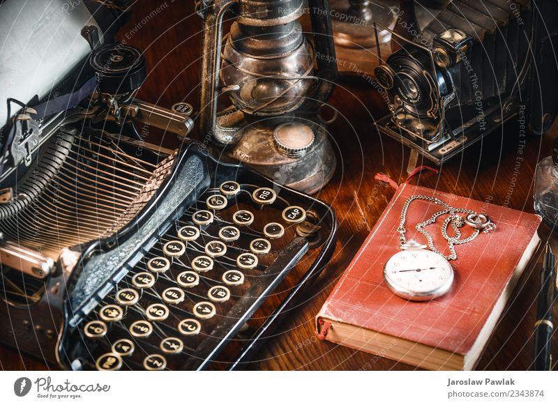 Traditionelle und alte Art und Weise, Nachrichten zu schreiben und Fotos zu machen, Schreibmaschine, Kamera, Uhr, Stift, Vintage-Lampe auf dem Schreibtisch weiß