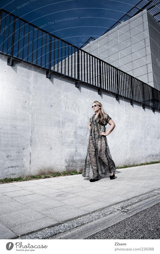 catwalk elegant Stil feminin Junge Frau Jugendliche 1 Mensch 18-30 Jahre Erwachsene Himmel Sommer Architektur Mauer Wand Mode Kleid Sonnenbrille Damenschuhe