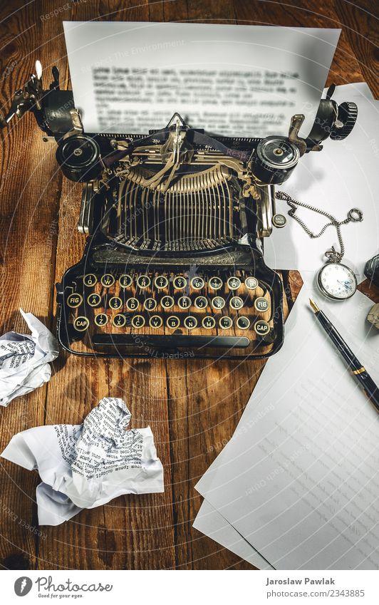 Text, der auf einer alten Schreibmaschine und einem Uhrenzeitmesser vorgeschrieben ist. Design Büro Business Technik & Technologie Buch Papier Metall Stahl Rost