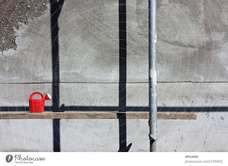 Bauarbeiten Haus Gebäude Mauer Wand Fassade Putz Putzfassade Gießkanne Stein rot Renovieren Spielzeug Kindheit Gerüst Baugerüst Farbfoto Gedeckte Farben