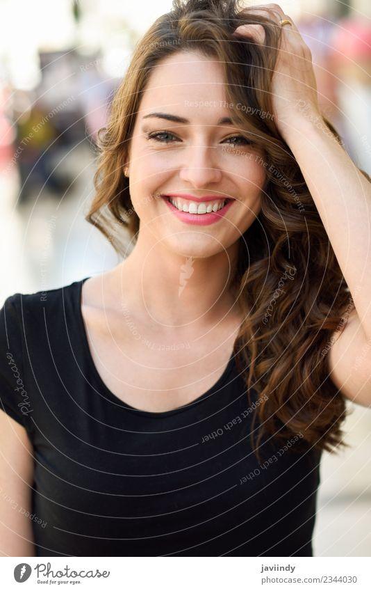 Schöne junge Frau mit blauen Augen, die im Freien lächeln. Lifestyle Stil schön Haare & Frisuren Sommer Mensch feminin Junge Frau Jugendliche Erwachsene 1