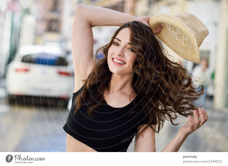Glückliche junge Frau mit Sonnenhut im Freien Lifestyle Stil schön Haare & Frisuren Sommer Mensch Erwachsene Jugendliche 1 18-30 Jahre Straße Mode Hut Lächeln