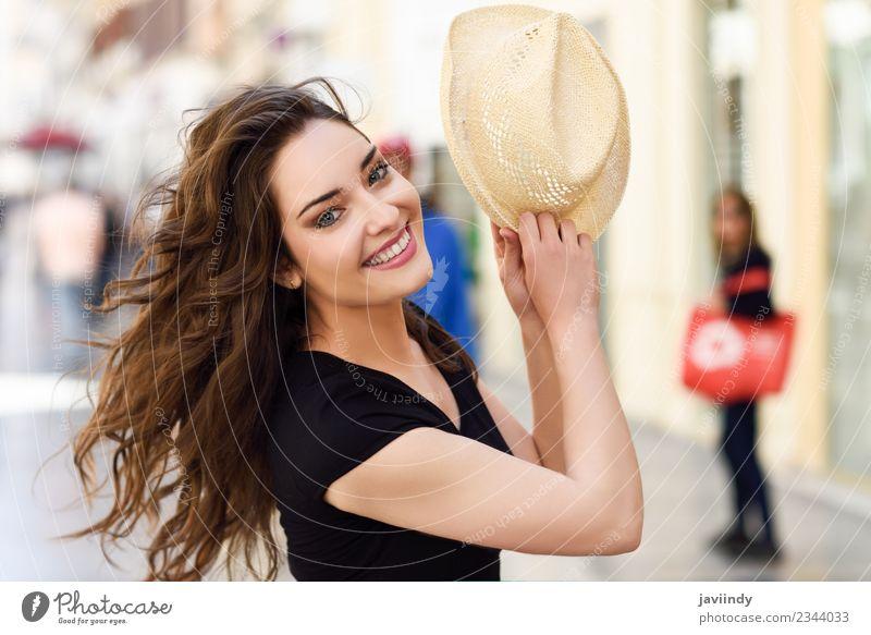 Glückliche junge Frau mit Sonnenhut im Freien Lifestyle Stil schön Haare & Frisuren Sommer Mensch feminin Erwachsene Jugendliche 1 18-30 Jahre Straße Mode Hut