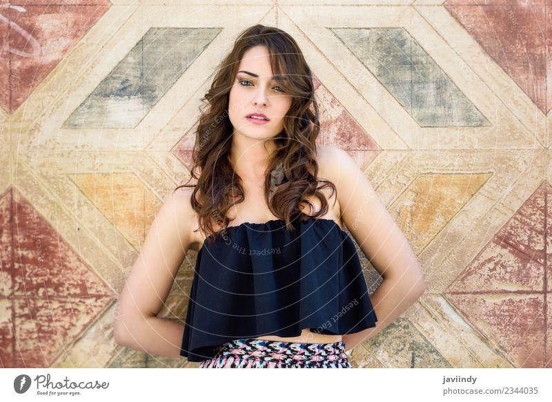 Schöne junge Frau mit blauen Augen im Freien. Lifestyle Stil schön Haare & Frisuren Sommer Mensch feminin Junge Frau Jugendliche Erwachsene 1 18-30 Jahre Straße