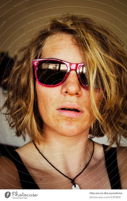 strandbadbekanntschaft II feminin Junge Frau Jugendliche Erwachsene Kopf Haare & Frisuren Gesicht Lippen 1 Mensch 18-30 Jahre Sonnenbrille Halskette blond
