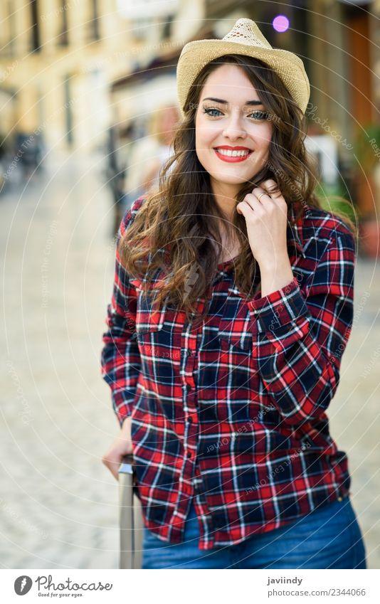 Mädchen mit schönen blauen Augen, die im Freien lächeln. Stil Glück Sommer Mensch feminin Junge Frau Jugendliche Erwachsene 1 18-30 Jahre Mode Hemd Hut Lächeln