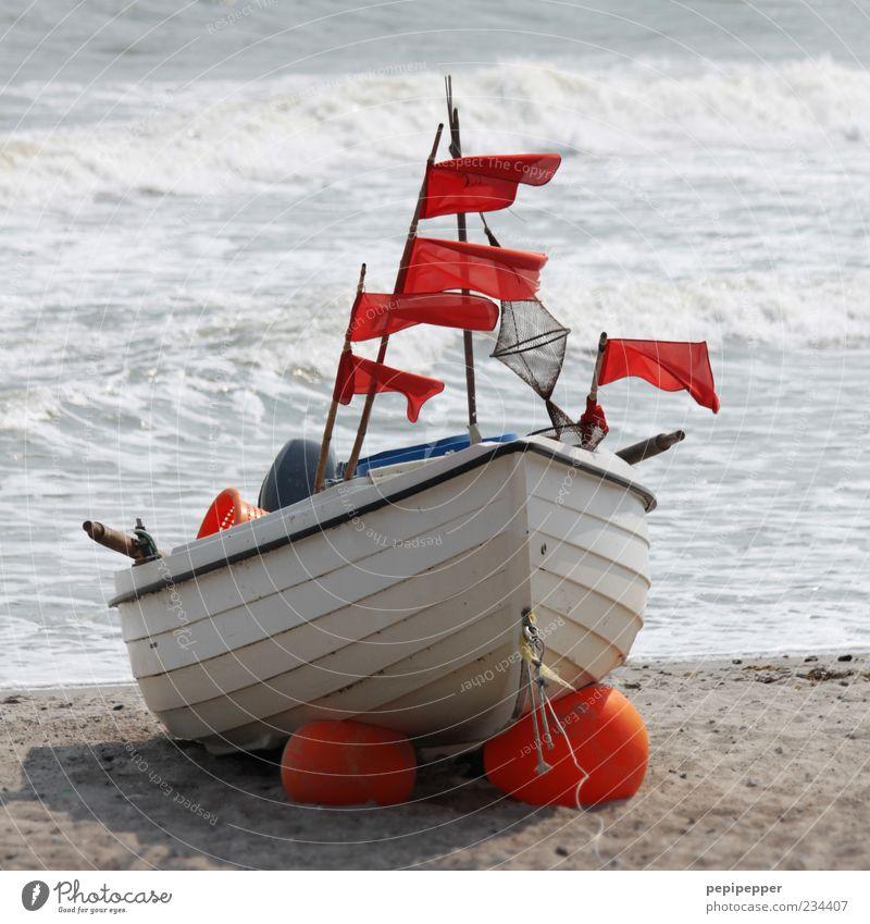 flagg-schiff Wasser Sommer Meer Strand Holz Sand Küste Wellen Wind warten liegen Seil Urelemente Fahne Rost Brandung