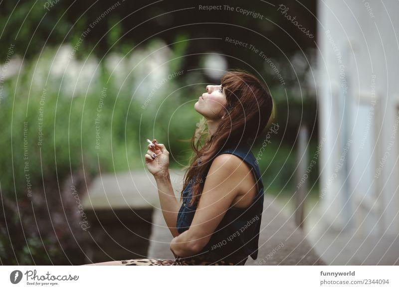 Frau sitzt im Hinterhof und raucht. feminin Junge Frau Jugendliche Erwachsene 1 Mensch 30-45 Jahre atmen Erholung Rauchen Blick Sommer Zigarette langhaarig