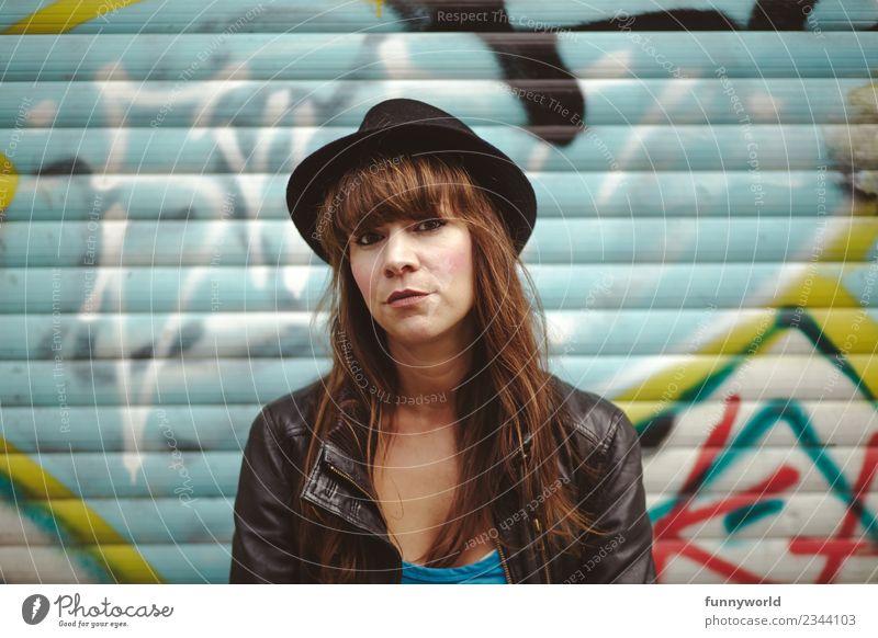 Frau mit Hut schaut ernst in die Kamera Mensch feminin Erwachsene 1 30-45 Jahre selbstbewußt Coolness Kraft Misstrauen Enttäuschung Pony Lederjacke Graffiti