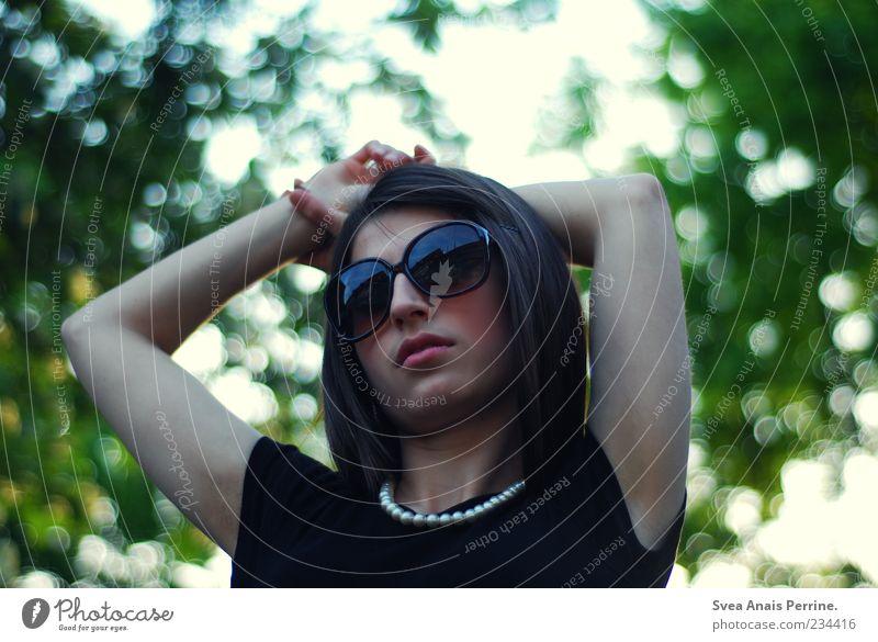 audrey hepburn? Mensch Jugendliche Hand schön Gesicht Erwachsene feminin Stil Arme elegant Coolness 18-30 Jahre Brille T-Shirt Junge Frau Körperhaltung