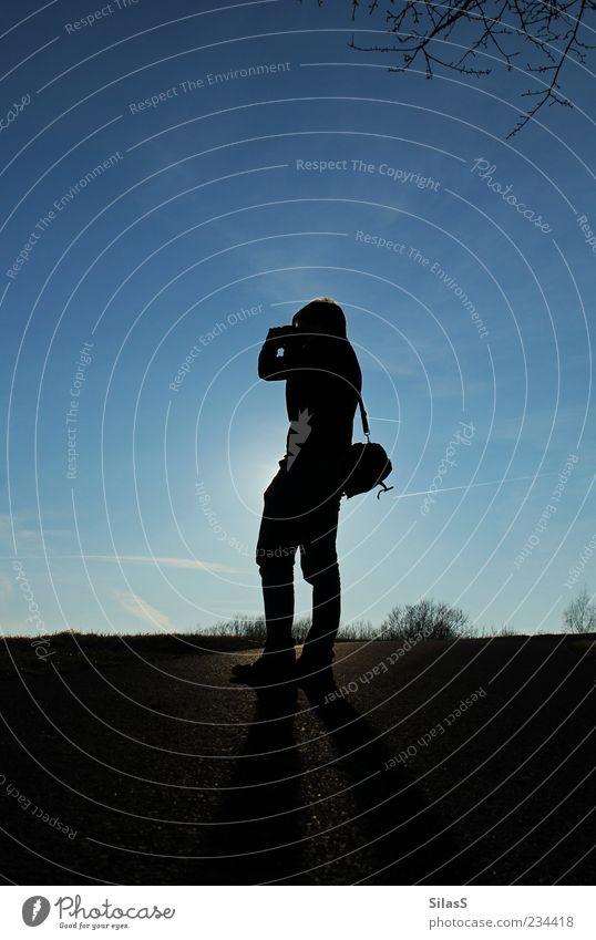 Taking pictures II Mensch blau schwarz gelb grau Stimmung gold Freizeit & Hobby maskulin Asphalt Abenddämmerung Fotograf Blauer Himmel Fotografieren Zweige u. Äste Wolkenschleier