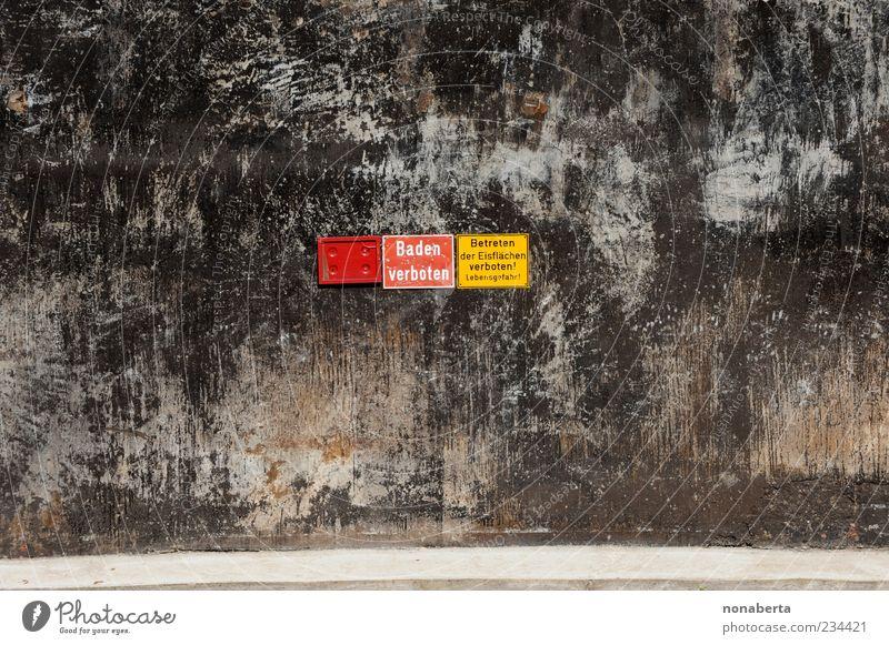 Baden verboten alt rot schwarz gelb Wand Mauer Stein Linie braun Eis Fassade dreckig Schilder & Markierungen Beton gefährlich Schriftzeichen