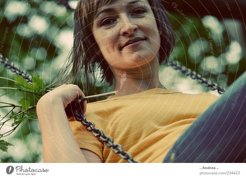 Schaukeln Freude Glück schön Leben harmonisch Zufriedenheit Mensch feminin Junge Frau Jugendliche 1 18-30 Jahre Erwachsene brünett Erholung Blick schaukeln gelb