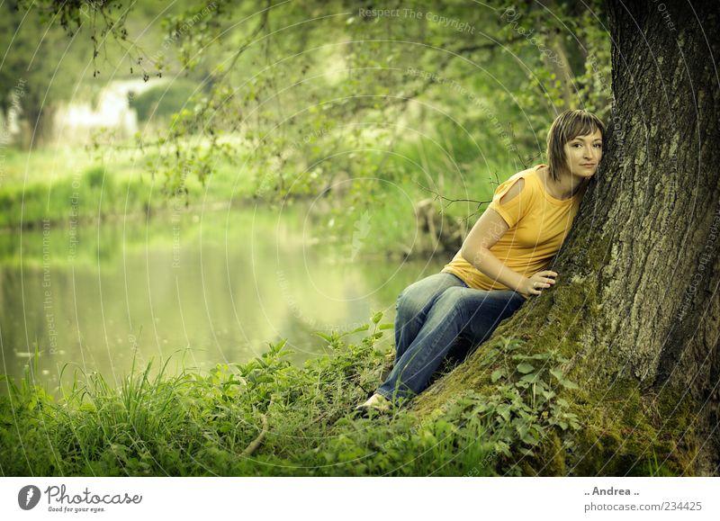 Einklang Natur Jugendliche Wasser Pflanze Baum Junge Frau Erholung Landschaft ruhig 18-30 Jahre Wald Erwachsene feminin Gras liegen träumen