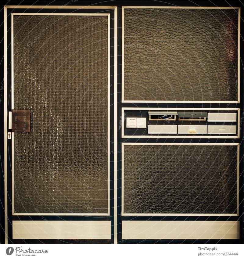 Osamas Haustür trist Eingangstür Wohnhaus Wohnung Gebäude Hauseingang Mehrfamilienhaus Plattenbau Briefkasten Griff Türrahmen Symmetrie Quadrat anonym
