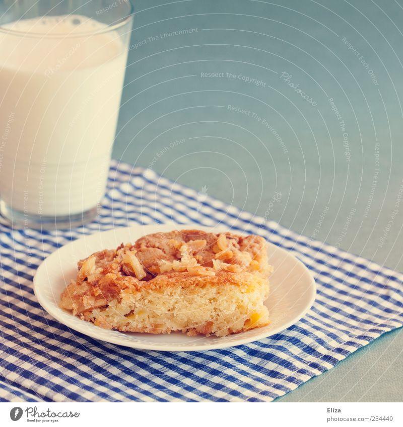 Nomnomnom Glas süß Teile u. Stücke Kuchen lecker Appetit & Hunger Teller Milch kariert Dessert Milchglas Kaffeetrinken blau-weiß Foodfotografie Apfelkuchen