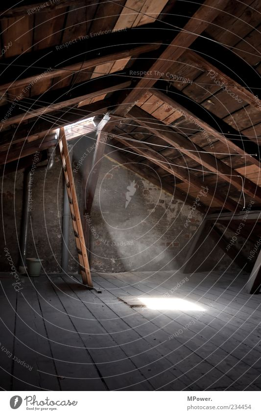 Dachboden Stein Beton Holz Stimmung ruhig Leiter Licht Dachgebälk Wäscheleine Staub hoch Dachgeschoss erleuchten Dielenboden Eimer Altbau Kontrast dunkel